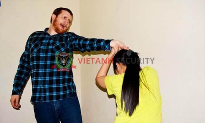 Kỹ năng tự vệ khi bị nắm tóc từ phía trước