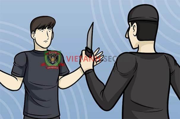 Kỹ năng tự vệ khi bị dí dao